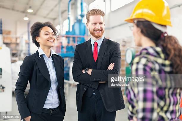 Qualitätskontrolle Inspektoren in der Fabrik Gespräch mit Arbeiter