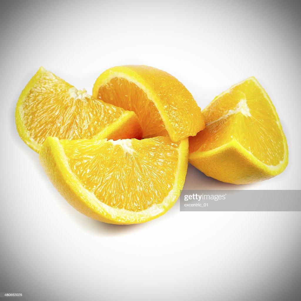 Cuarto de naranja aislado sobre un fondo blanco : Foto de stock