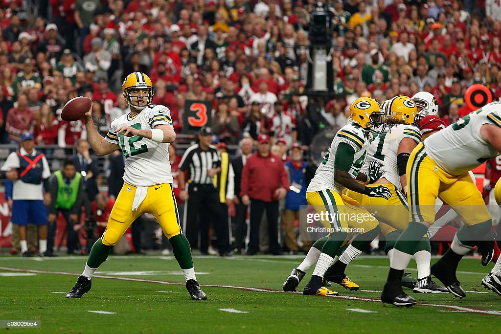 Quarterback <a gi-track='captionPersonalityLinkClicked' href=/galleries/search?phrase=Aaron+Rodgers+-+Quarterback+de+futebol+americano&family=editorial&specificpeople=215257 ng-click='$event.stopPropagation()'>Aaron Rodgers</a> #12 of the Green Bay Packers drops back to pass during the NFL game against the Arizona Cardinals at the University of Phoenix Stadium on December 27, 2015 in Glendale, Arizona. The Cardinals defeated the Packers 38-8.