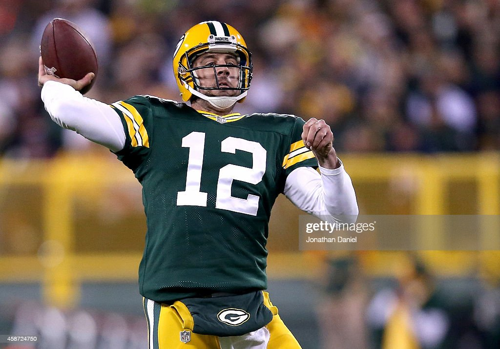 Quarterback <a gi-track='captionPersonalityLinkClicked' href=/galleries/search?phrase=Aaron+Rodgers+-+Joueur+de+football+am%C3%A9ricain+-+Quarterback&family=editorial&specificpeople=215257 ng-click='$event.stopPropagation()'>Aaron Rodgers</a> #12 of the Green Bay Packers throws 73 yards for a touchdown against the Chicago Bears in the second quarter at Lambeau Field on November 9, 2014 in Green Bay, Wisconsin.