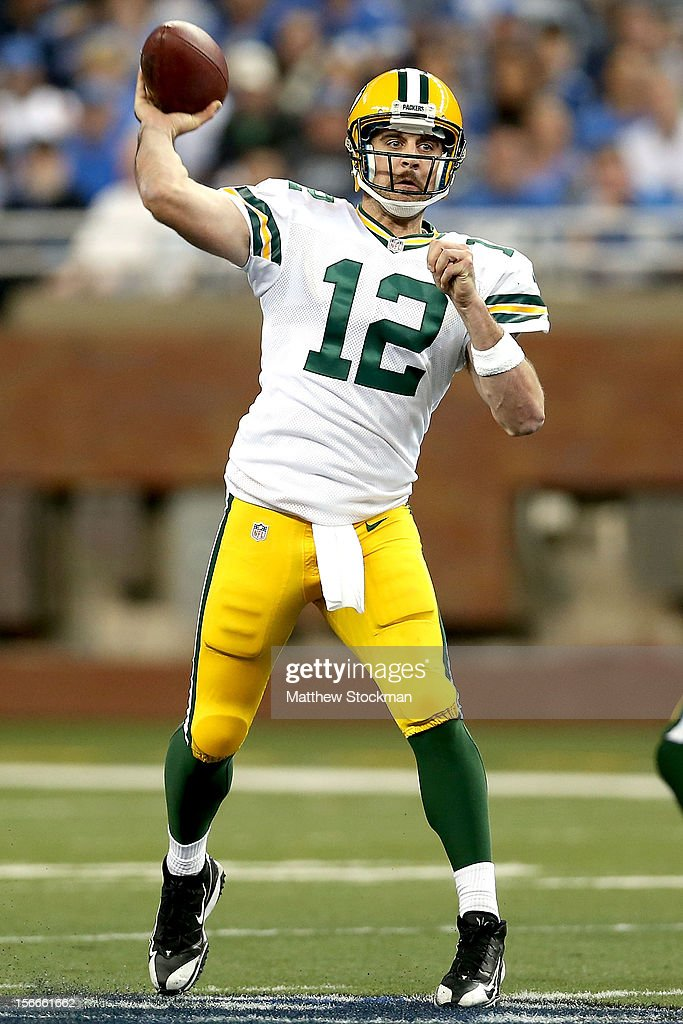 Quarterback <a gi-track='captionPersonalityLinkClicked' href=/galleries/search?phrase=Aaron+Rodgers+-+Joueur+de+football+am%C3%A9ricain+-+Quarterback&family=editorial&specificpeople=215257 ng-click='$event.stopPropagation()'>Aaron Rodgers</a> #12 of the Green Bay Packers throws against the Detroit Lions at Ford Field on November 18, 2012 in Detroit, Michigan.