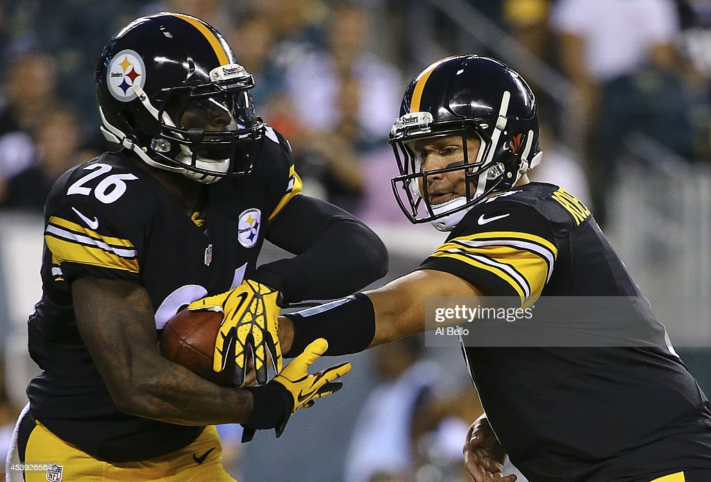 Quarterback Ben Roethlisberger of the Pittburgh Steelers hands the ball off to running back Le'Veon Bell in the first quarter against the...