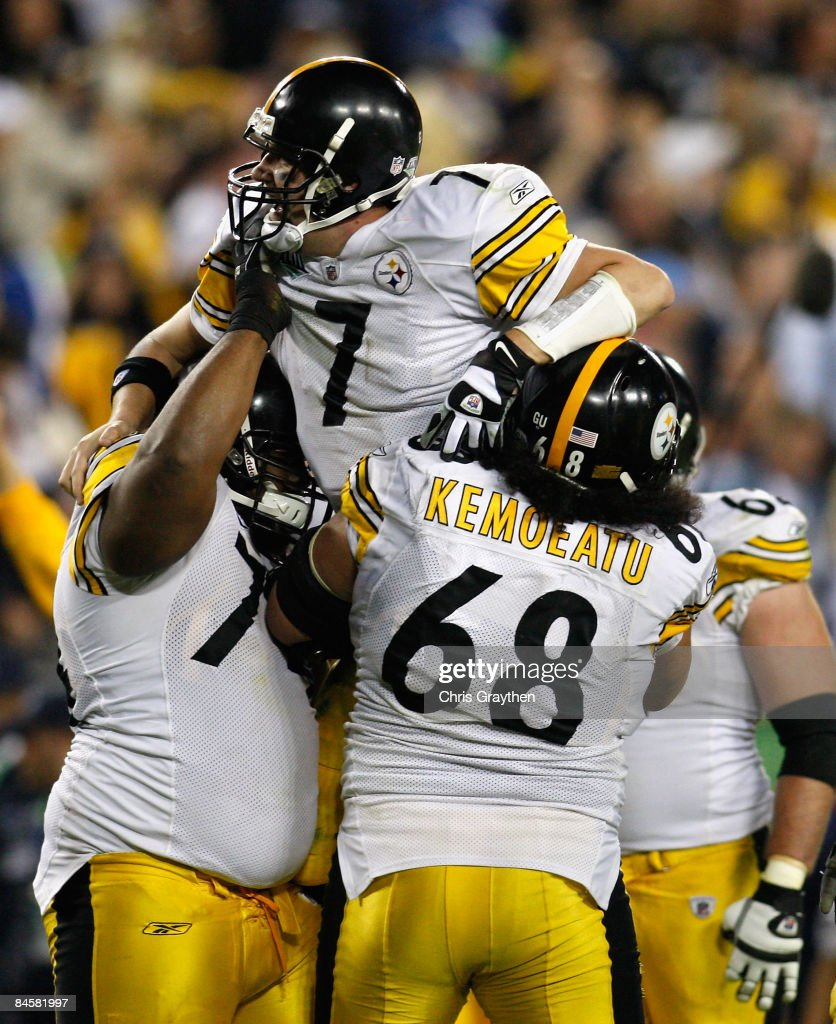 Quarterback Ben Roethlisberger #7 of the Pittsburgh Steelers celebrates after with Elliot Vallejo #68 and his teammates after throwing for a fourth quarter touchdown against the Arizona Cardinals during Super Bowl XLIII on February 1, 2009 at Raymond James Stadium in Tampa, Florida.