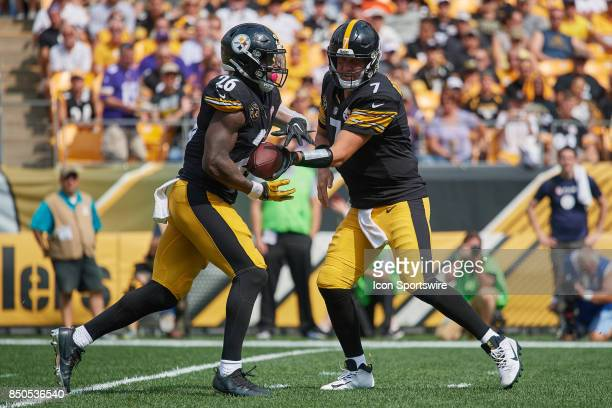 Quarterback Ben Roethlisberger of the Pittsburgh Steelers looks to hand the football to running back Le'Veon Bell of the Pittsburgh Steelers during...