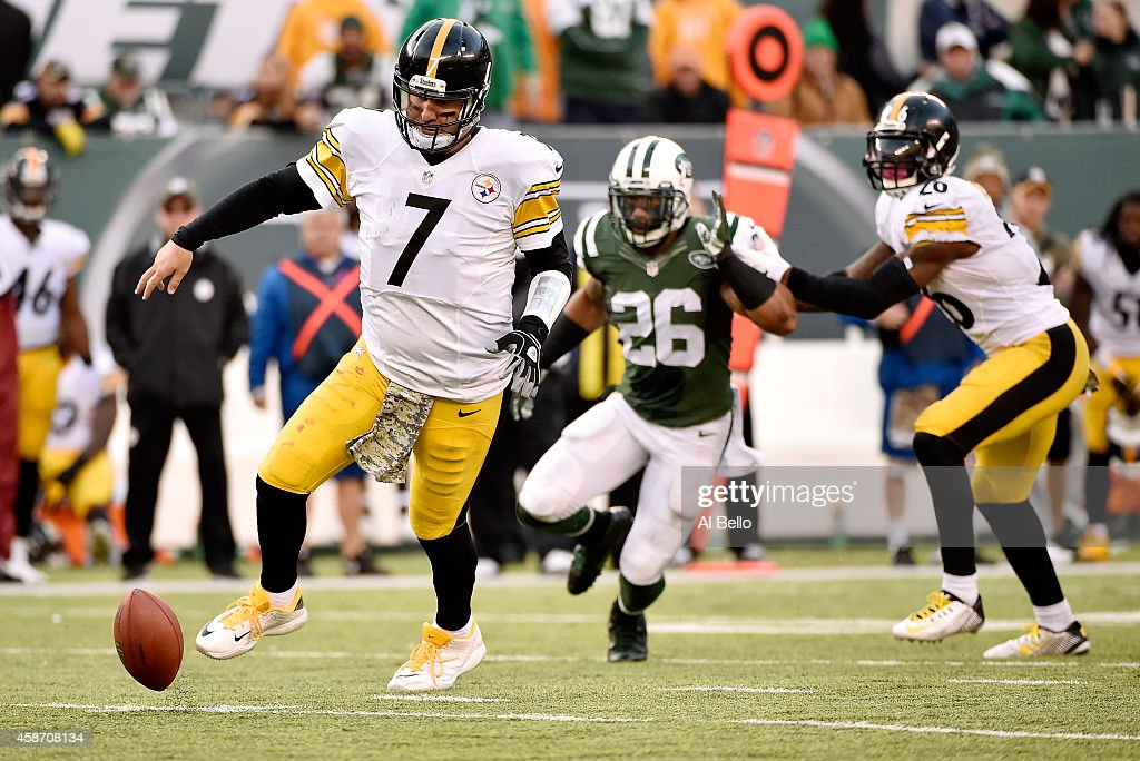 Quarterback Ben Roethlisberger #7 of the Pittsburgh Steelers loses control of a bad snap against the New York Jets during a game at MetLife Stadium on November 9, 2014 in East Rutherford, New Jersey.