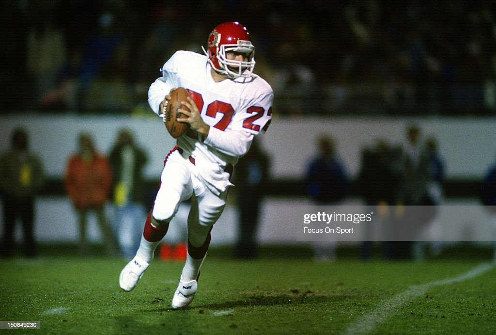 Quarterback Doug Flutie of the New Jersey Generals rolls out to pass during an USFL football game circa 1985 Flutie played for the Generals in 1985