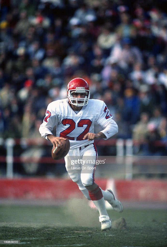 Quarterback Doug Flutie of the New Jersey Generals runs with the ball against the Birmingham Stallions during an USFL football game circa 1985 at...