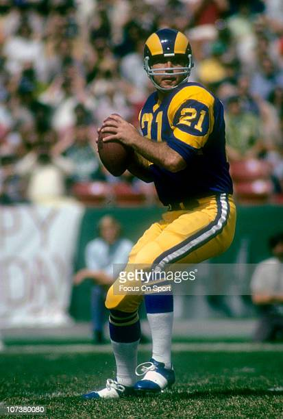 Quarterback John Hadl of the Los Angeles Rams drops back to pass during an NFL football game at the Los Angeles Memorial Coliseum circa 1973 in Los...