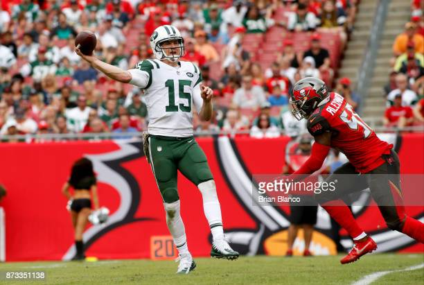 Quarterback Josh McCown of the New York Jets throws to a receiver while getting pressure from middle linebacker Kwon Alexander of the Tampa Bay...