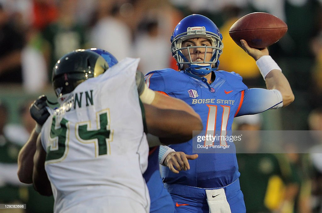 Quarterback Kellen Moore of the Boise State Broncos delivers a touchdown pass to tight end Gabe Linehan of the Boise State Broncos for a touchdown to...