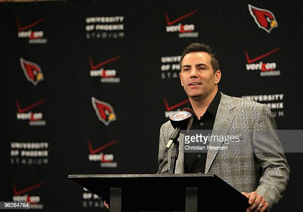 Quarterback Kurt Warner of the Arizona Cardinals announces his retirement from football during a press conference at the team's training center...