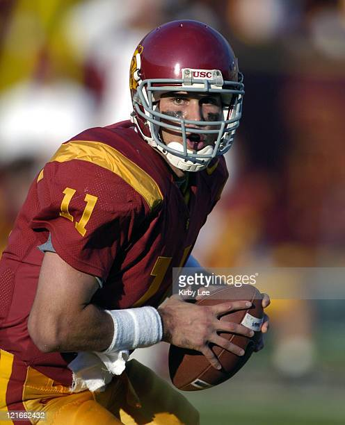 USC quarterback Matt Leinart drops back to pass during 380 victory over Washington in Pacific10 Conference football game at the Los Angeles Memorial...