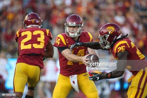 quarterback Sam Darnold of the USC Trojans looks to hand the ball of to running back Ronald Jones II of the USC Trojans in a game between the Utah...