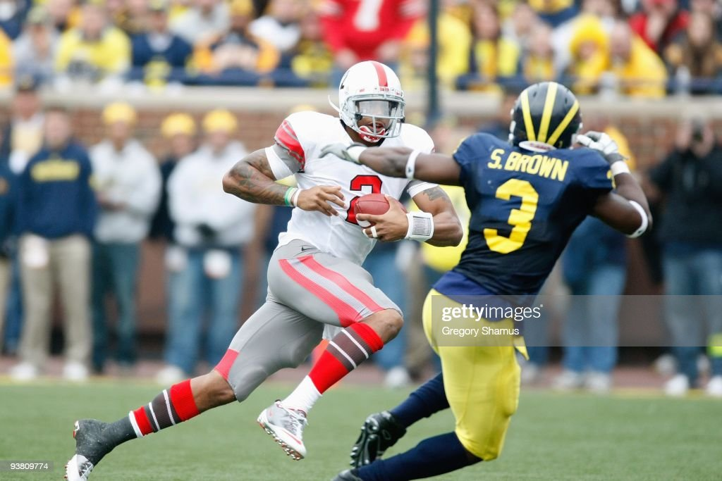 Quarterback <a gi-track='captionPersonalityLinkClicked' href=/galleries/search?phrase=Terrelle+Pryor&family=editorial&specificpeople=4420918 ng-click='$event.stopPropagation()'>Terrelle Pryor</a> #2 of the Ohio State Buckeyes runs the ball during the game against the Michigan Wolverines on November 21, 2009 at Michigan Stadium in Ann Arbor, Michigan. Ohio State won the game 21-10.