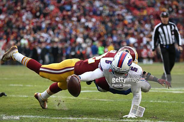 Quarterback Tyrod Taylor of the Buffalo Bills rushes for a twopoint conversion past inside linebacker Keenan Robinson of the Washington Redskins in...
