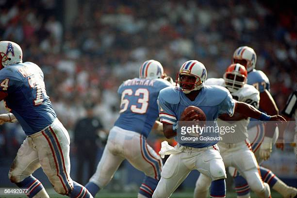 Quarterback Warren Moon of the Houston Oilers scrambles against the Cleveland Browns at Municipal Stadium circa 1985 in Cleveland Ohio