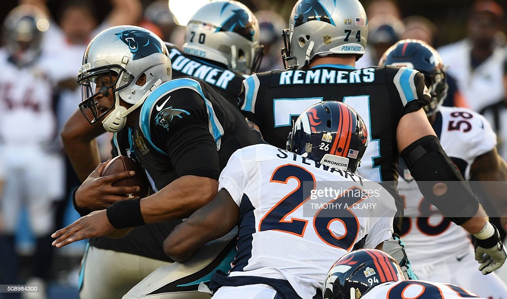 Quaterback Cam Newton (L) of the Carolina Panthers attempts break from the pack against the Denver Broncos during Superbowl 50 at Levi's Stadium in Santa Clara, California, on February 7, 2016. / AFP / TIMOTHY A. CLARY