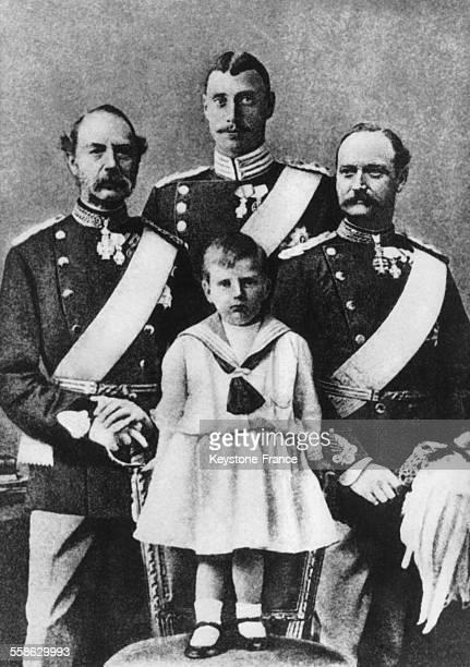 Quatre generations de la famille royale danoise avec a gauche le Roi Christian IX a droite son fils Frederik VIII derriere Christian X et sur une...