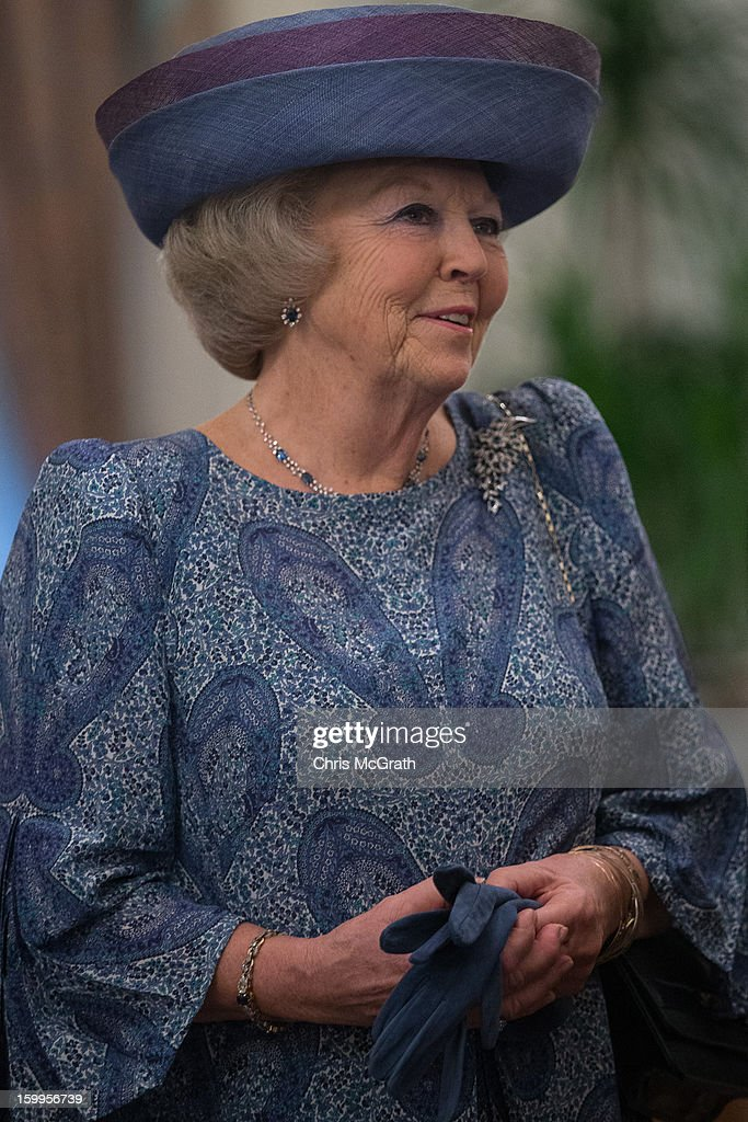 Queen <a gi-track='captionPersonalityLinkClicked' href=/galleries/search?phrase=Beatrix+of+the+Netherlands&family=editorial&specificpeople=92396 ng-click='$event.stopPropagation()'>Beatrix of the Netherlands</a> waits to meet with Singapore Prime Minister Lee Hsien Loong at the Istana on January 24, 2013 in Singapore. Queen Beatrix is on a three day state visit to Singapore.