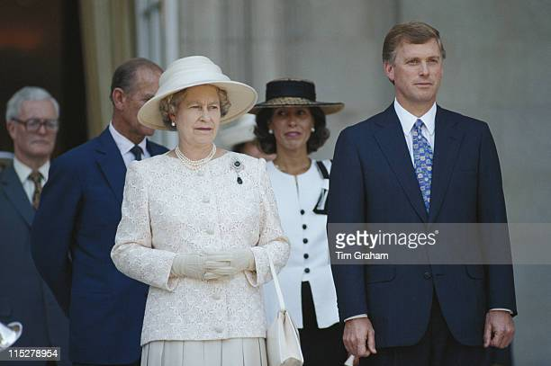 Queen Elilzabeth II wearing an outfit designed by Sir Hardy Amies and US Vice President Dan Quayle in Washington DC USA in May 1991 British Foreign...