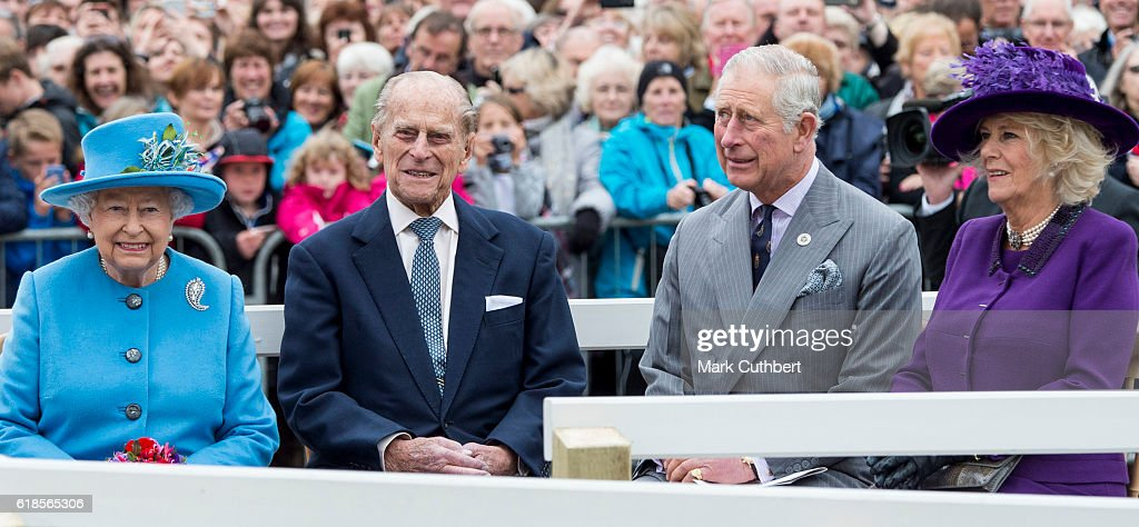 queen-elizabeth-ii-and-prince-philip-duke-of-edinburgh-with-prince-picture-id618565306
