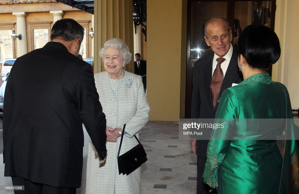 Queen <a gi-track='captionPersonalityLinkClicked' href=/galleries/search?phrase=Elizabeth+II&family=editorial&specificpeople=67226 ng-click='$event.stopPropagation()'>Elizabeth II</a> and the <a gi-track='captionPersonalityLinkClicked' href=/galleries/search?phrase=Prince+Philip&family=editorial&specificpeople=92394 ng-click='$event.stopPropagation()'>Prince Philip</a>, Duke of Edinburgh say farewell to Indonesian President <a gi-track='captionPersonalityLinkClicked' href=/galleries/search?phrase=Susilo+Bambang+Yudhoyono&family=editorial&specificpeople=206513 ng-click='$event.stopPropagation()'>Susilo Bambang Yudhoyono</a> and his wife <a gi-track='captionPersonalityLinkClicked' href=/galleries/search?phrase=Ani+Bambang+Yudhoyono&family=editorial&specificpeople=5589933 ng-click='$event.stopPropagation()'>Ani Bambang Yudhoyono</a> at Buckingham Palace on November 2, 2012 in London, England. During President Yudhoyono and his wife's three day State Visit to the UK they will stay in Buckingham Palace and meet with members of the Royal Family, Prime Minister David Cameron and lay a wreath at the Grave of the Unknown Warrior in Westminster Abbey.
