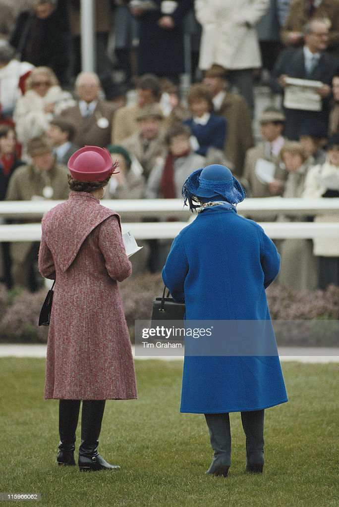 Queen Elizabeth II and the Queen Mother (1900-2002), with their backs to the camera, watching the racing at Sandown Park racecourse in Esher, Surrey, England, Great Britain, 18 March 1998.