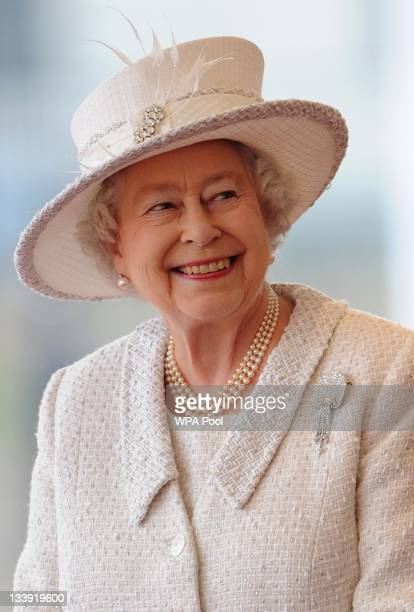 Queen Elizabeth II awaits the arrival of Turkey's President Abdullah Gul and his wife Hayrunnisa Gul at an offical welcoming ceremony on November 22...