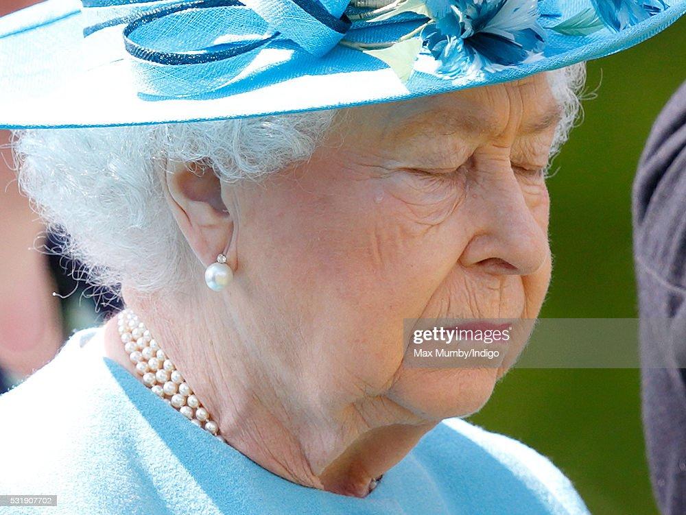 queen-elizabeth-ii-colonelinchief-of-the-duke-of-lancasters-regiment-picture-id531907702