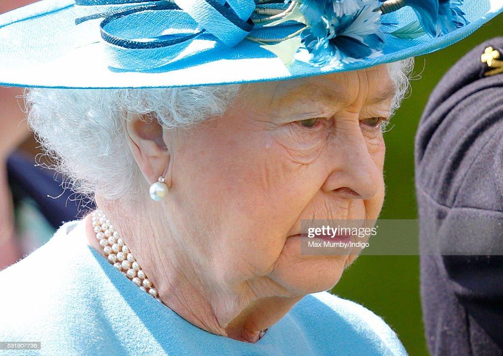 queen-elizabeth-ii-colonelinchief-of-the-duke-of-lancasters-regiment-picture-id531907736