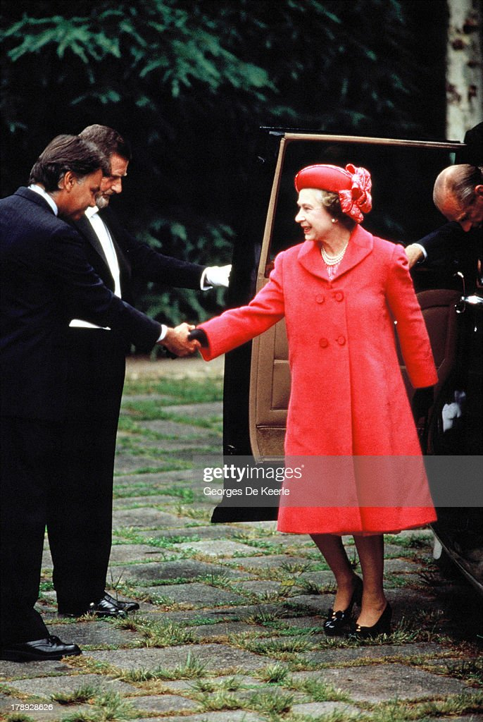 Queen <a gi-track='captionPersonalityLinkClicked' href=/galleries/search?phrase=Elizabeth+II&family=editorial&specificpeople=67226 ng-click='$event.stopPropagation()'>Elizabeth II</a> greets <a gi-track='captionPersonalityLinkClicked' href=/galleries/search?phrase=Felipe+Gonzalez&family=editorial&specificpeople=6081940 ng-click='$event.stopPropagation()'>Felipe Gonzalez</a>, former Spanish Prime Minister, during a state visit to Spain on October 18, 1988 in Madrid, Spain.
