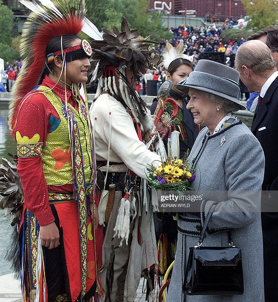 les éléments - Page 32 Queen-elizabeth-ii-greets-members-of-a-canadian-indian-dance-troupe-picture-id107933896