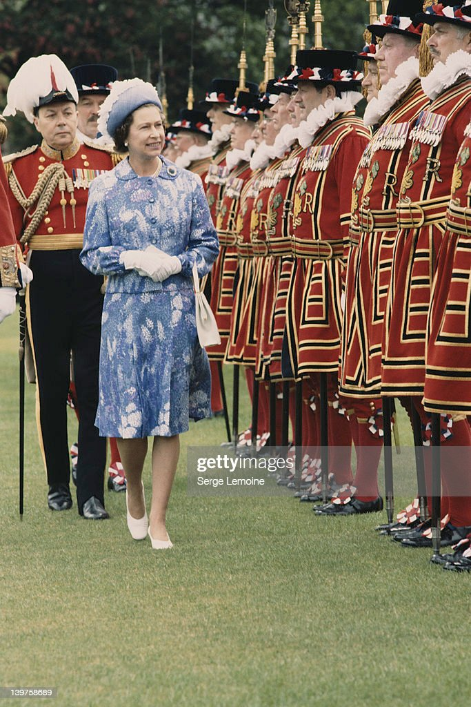 Queen <a gi-track='captionPersonalityLinkClicked' href=/galleries/search?phrase=Elizabeth+II&family=editorial&specificpeople=67226 ng-click='$event.stopPropagation()'>Elizabeth II</a> inspects the royal bodyguard, made up of Yeomen of the Guard, London, circa 1980.