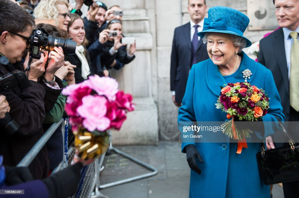 Queen <a gi-track='captionPersonalityLinkClicked' href=/galleries/search?phrase=Elizabeth+II&family=editorial&specificpeople=67226 ng-click='$event.stopPropagation()'>Elizabeth II</a> meets the crowd after her visit to the Royal Commonwealth Society on November 14, 2012 in London, England.