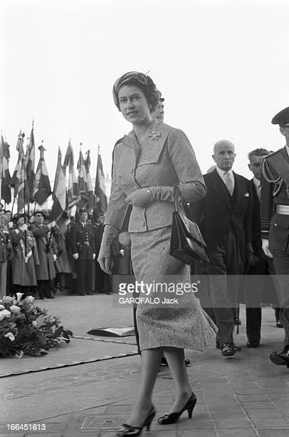 Queen Elizabeth Ii Official Travel In France The Ceremony At The Arc De Triomphe France Paris 8 avril 1957 Élisabeth II Reine du RoyaumeUni et des...