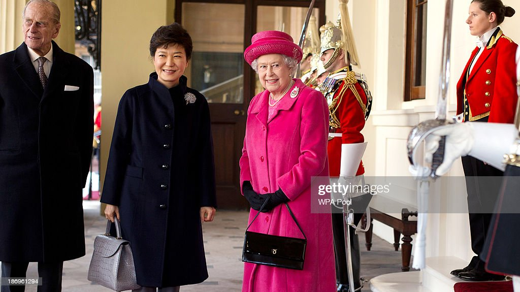 Queen Elizabeth II, <a gi-track='captionPersonalityLinkClicked' href=/galleries/search?phrase=Prince+Philip&family=editorial&specificpeople=92394 ng-click='$event.stopPropagation()'>Prince Philip</a>, Duke of Edinburgh and President of South Korea, Park Geun-Hye (C) arrive by state carriage at the Grand Entrance of Buckingham Palace on November 5, 2013 in London, England. South Korea's president Park Geun-Hye is on a state visit to the UK from November 5-7.
