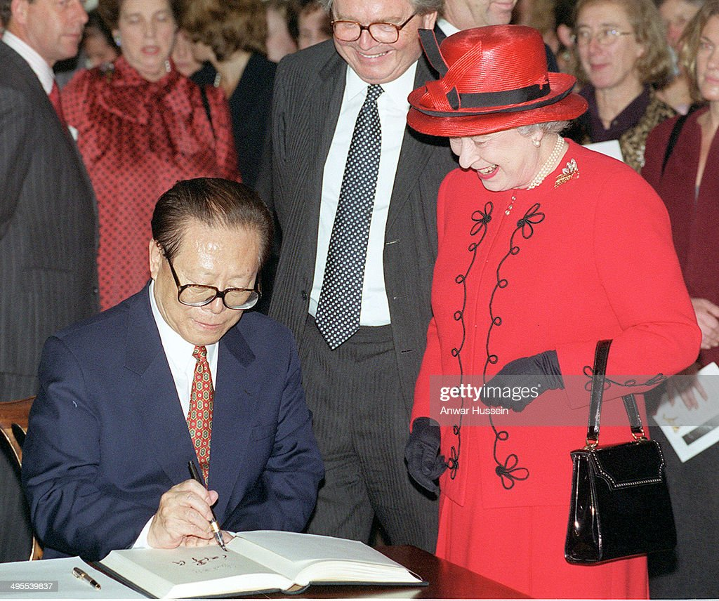 Queen <a gi-track='captionPersonalityLinkClicked' href=/galleries/search?phrase=Elizabeth+II&family=editorial&specificpeople=67226 ng-click='$event.stopPropagation()'>Elizabeth II</a> smiles as Chinese President <a gi-track='captionPersonalityLinkClicked' href=/galleries/search?phrase=Jiang+Zemin&family=editorial&specificpeople=159399 ng-click='$event.stopPropagation()'>Jiang Zemin</a> signs the visitors book during a visit to the British Museum on October 21, 1999 in London, England.