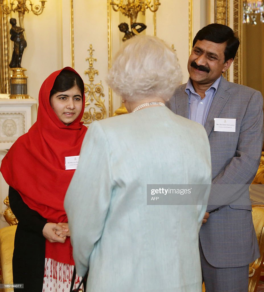Queen Elizabeth II speaks to Malala Yousafzai (L) as her father Ziauddin Yousafzai (R) looks on during a Reception for Youth, Education and the Commonwealth at Buckingham Palace in London on October 18, 2013. The 16-year-old, who was shot by the Taliban for championing girls' rights to an education, met Queen Elizabeth at a reception for youth, education and the Commonwealth. AFP PHOTO/POOL/Yui Mok
