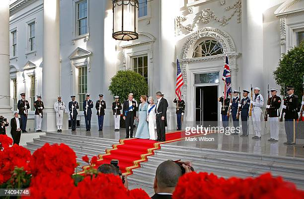 Queen Elizabeth II stands with US President George W Bush Laura Bush and Prince Philip the Duke of Edinburgh after arriving for a formal whitetie...