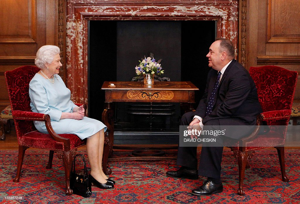 Queen Elizabeth II talks to the Scottish First minister Alex Salmond (R) during an audience at the Palace of Holyrood House in Edinburgh on July 2, 2013. AFP PHOTO/POOL/ David Cheskin