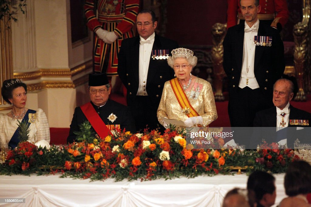 Queen Elizabeth II toasts Indonesian President Susilo Bambang Yudhoyono at a state banquet in his honour at Buckingham Palace on October 31, 2012 in London, England. During President Yudhoyono and his wife's three day State Visit to the UK they will stay in Buckingham Palace and meet with members of the Royal Family, Prime Minister David Cameron and lay a wreath at the Grave of the Unknown Warrior in Westminster Abbey.