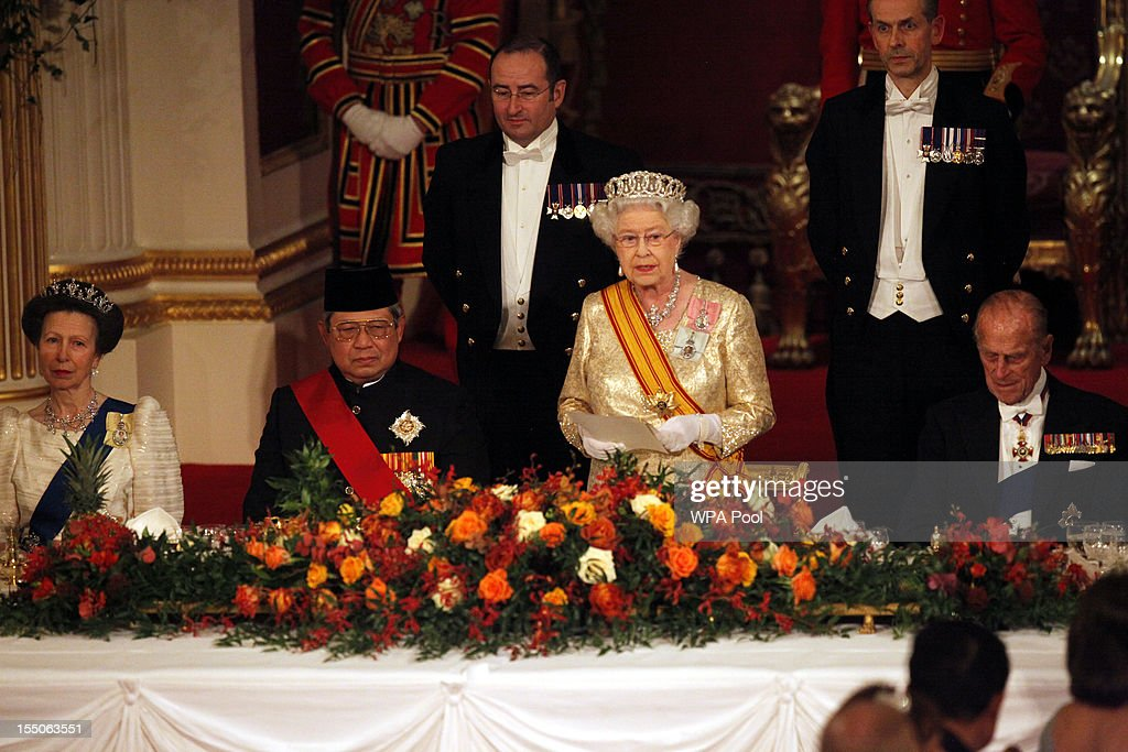 Queen <a gi-track='captionPersonalityLinkClicked' href=/galleries/search?phrase=Elizabeth+II&family=editorial&specificpeople=67226 ng-click='$event.stopPropagation()'>Elizabeth II</a> toasts Indonesian President <a gi-track='captionPersonalityLinkClicked' href=/galleries/search?phrase=Susilo+Bambang+Yudhoyono&family=editorial&specificpeople=206513 ng-click='$event.stopPropagation()'>Susilo Bambang Yudhoyono</a> at a state banquet in his honour at Buckingham Palace on October 31, 2012 in London, England. During President Yudhoyono and his wife's three day State Visit to the UK they will stay in Buckingham Palace and meet with members of the Royal Family, Prime Minister David Cameron and lay a wreath at the Grave of the Unknown Warrior in Westminster Abbey.