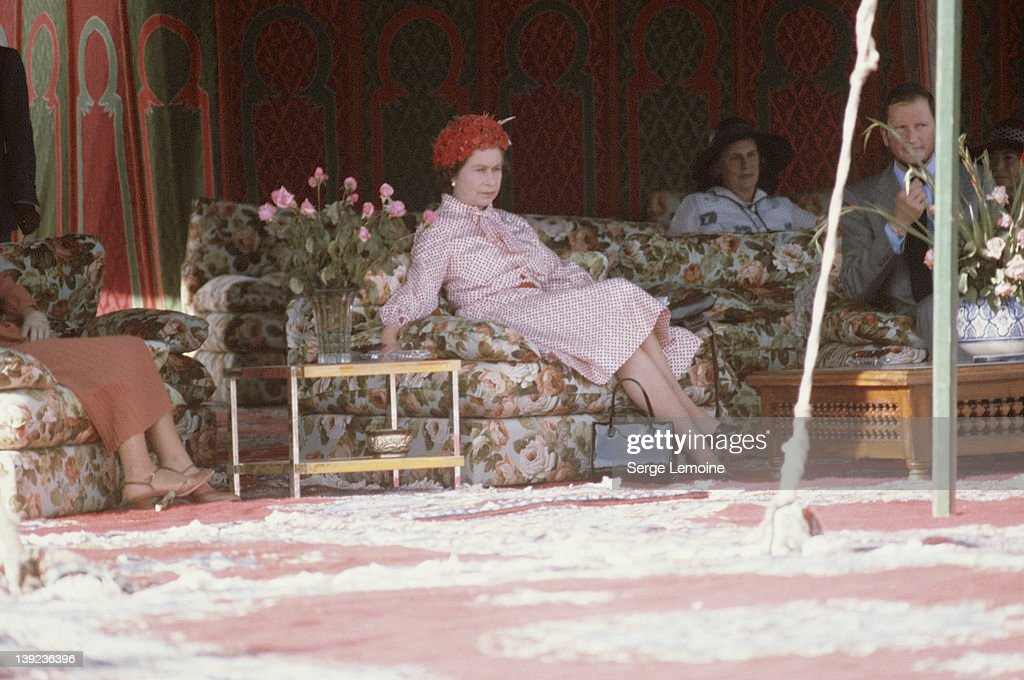 Queen <a gi-track='captionPersonalityLinkClicked' href=/galleries/search?phrase=Elizabeth+II&family=editorial&specificpeople=67226 ng-click='$event.stopPropagation()'>Elizabeth II</a> waits for King Hassan in Marrakech during her state visit to Morocco, 27th October 1980.