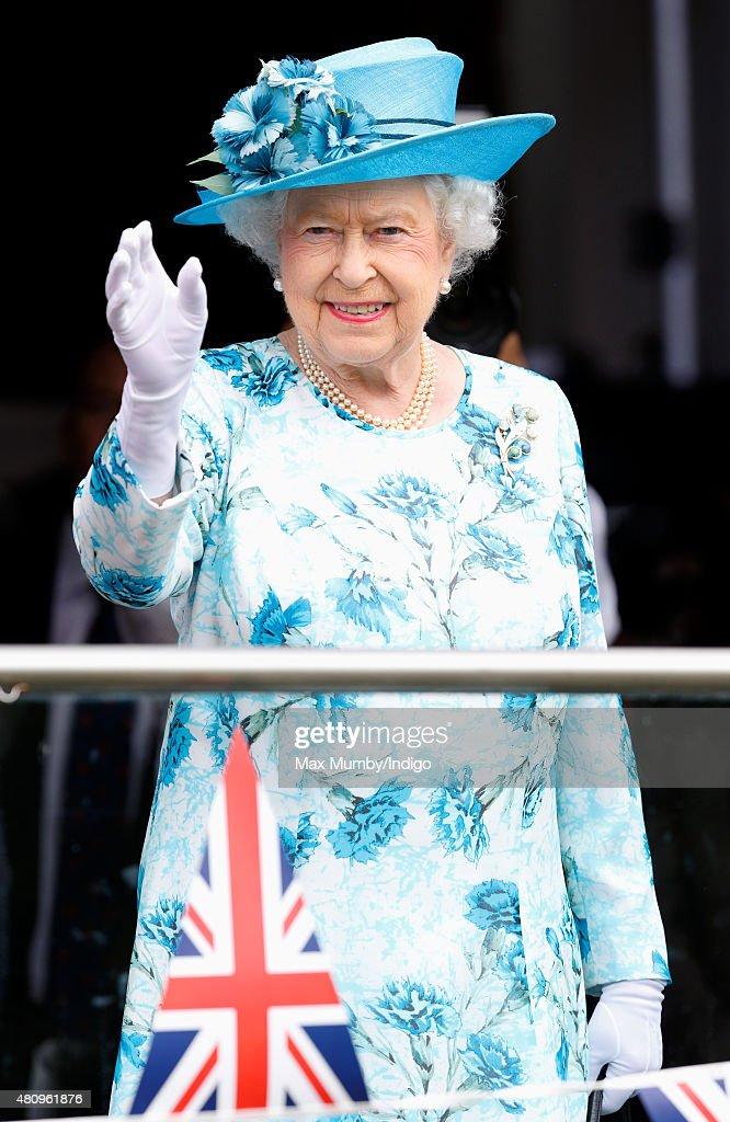 The queen and duke of edinburgh visit barking dagenham for Queen elizabeth balcony