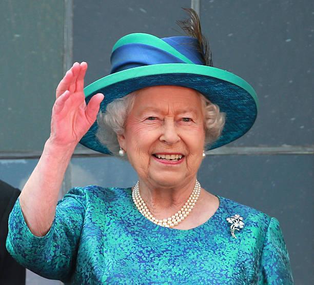 Queen elizabeth ii visits frankfurt am main photos and for Queen elizabeth balcony