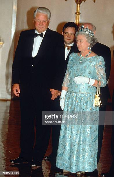 Queen Elizabeth II wearing the Brazilian Aquamarine Parure Tiara and President Boris Yeltsin attend a State Banquet on October 18 1994 in Moscow...