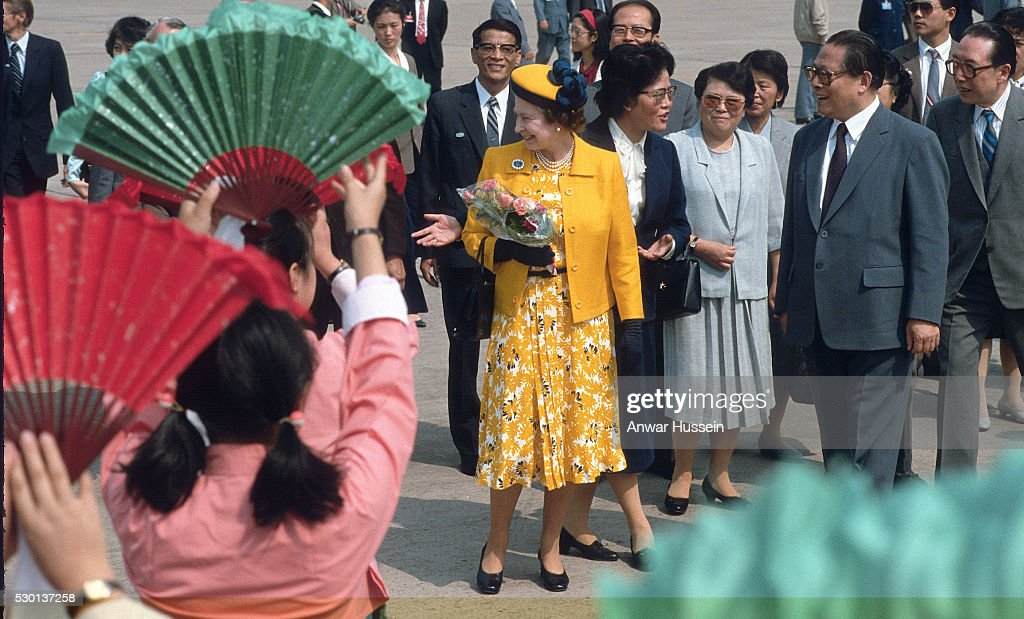 Queen Elizabeth ll, wearing an outfit by designer Ian Thomas, arrives in Shanghai on October 15, 1986 Shanghai, China.