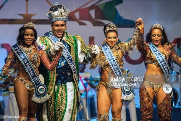 Queen Leticia Martins Guimaraes stands with King Momo Wilson Dias da Costa Neto First Princess Clara Cristina Paixao de Oliveira and Second Princess...