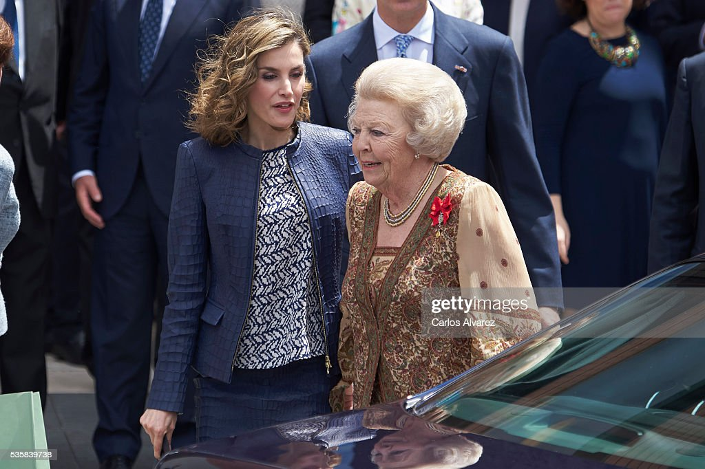 Queen <a gi-track='captionPersonalityLinkClicked' href=/galleries/search?phrase=Letizia+of+Spain&family=editorial&specificpeople=158373 ng-click='$event.stopPropagation()'>Letizia of Spain</a> (L) and Princess Beatrice of Holland (R) attend the 'El Bosco' 5th Centenary Anniversary Exhibition at the El Prado Museum on May 27, 2016 in Madrid, Spain.