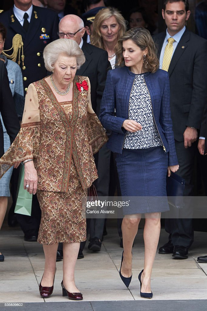 Queen <a gi-track='captionPersonalityLinkClicked' href=/galleries/search?phrase=Letizia+of+Spain&family=editorial&specificpeople=158373 ng-click='$event.stopPropagation()'>Letizia of Spain</a> (R) and Princess Beatrice of Holland (L) attend the 'El Bosco' 5th Centenary Anniversary Exhibition at the El Prado Museum on May 27, 2016 in Madrid, Spain.